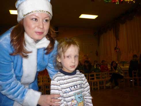 снегурочка дарит подарки детям