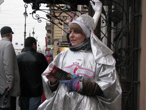 девушки промоутеры в фирменных костюмах Невский Атриум раздавали листовки