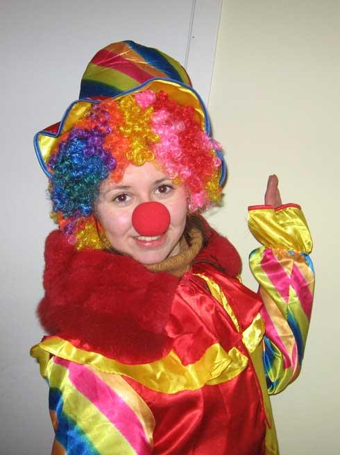 промоутер в костюме клоуна