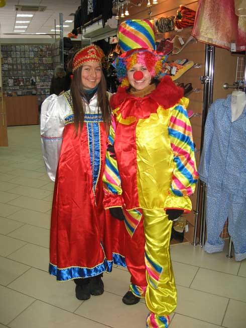 промоутеры в костюмах клоуна и Марии Искуссницы