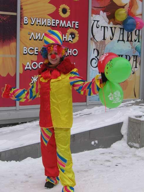 промоутер работал на улице в костюме клоуна